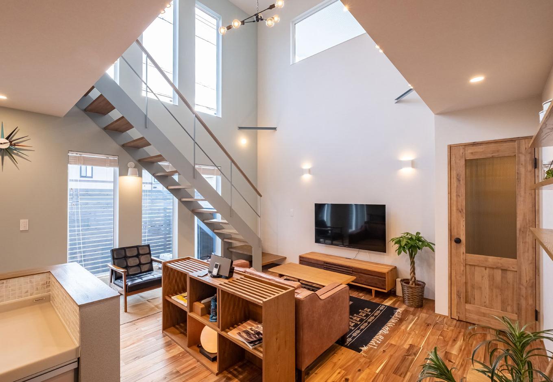 てつときの家【焼津市柳新屋572-2・モデルハウス】表情豊かな無垢床はアカシア。インテリアも細部までこだわり、照明の1つ1つまで同社がトータルコーディネート