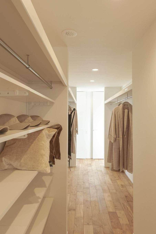 住家 ~JYU-KA~【静岡市清水区七ツ新屋357-2・モデルハウス】子ども部屋と寝室のあいだに家族みんなで利用するウォークスルークローゼットを配置。洗濯物の移動距離が短くなり、分配の手間も軽減。動線も兼ねていて、限られたスペースを有効活用