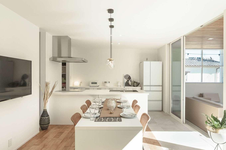住家 ~JYU-KA~【静岡市清水区七ツ新屋357-2・モデルハウス】キッチンはTJMデザインのGRAFTEKTを標準採用。スタイリッシュな空間の雰囲気にしっかりなじむ