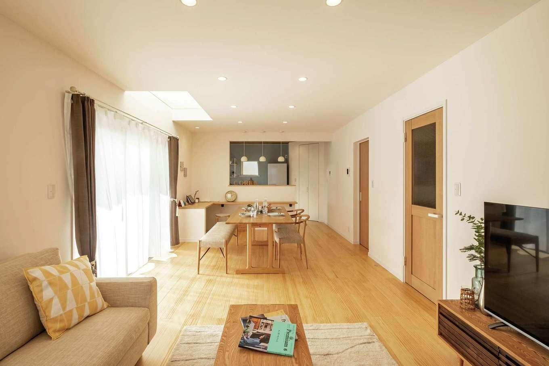 静鉄ホームズ【コアハウス】【富士市久沢2-14-25・モデルハウス】掃き出し窓と吹き抜けからやさしい光が差し込むLDK。無垢床、塗り壁は標準仕様で、癒しとやすらぎを感じる心地よい空間が広がる