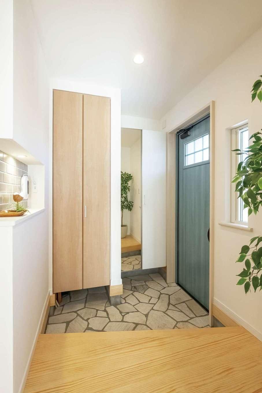 静鉄ホームズ【コアハウス】【富士市久沢2-14-25・モデルハウス】コート、ベビーカーなどを置ける土間収納付きの玄関。適所適量の収納にも注目