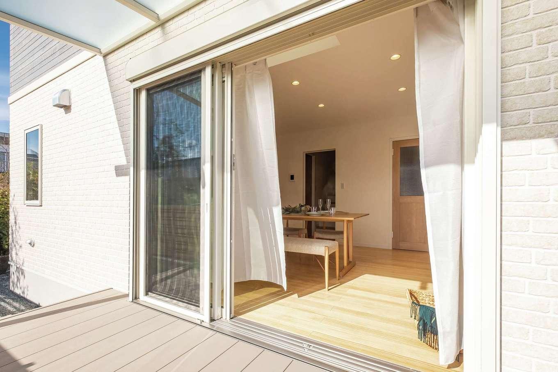 静鉄ホームズ【コアハウス】【富士市久沢2-14-25・モデルハウス】おうちにいながら外気に触れられる屋根付きデッキ。大開口の掃き出し窓が室内とデッキをつなぎ、リビングの延長としても使える