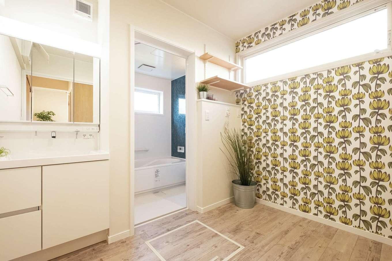 静鉄ホームズ【コアハウス】【富士市久沢2-14-25・モデルハウス】ゆったりと広めの洗面室。草花モチーフの壁紙がアクセント