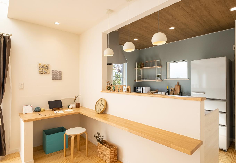 静鉄ホームズ【コアハウス】【富士市久沢2-14-25・モデルハウス】対面キッチンの反対側には、家族みんなで使えるカウンターを設置。テレワークや、子どもの宿題スペースとしても活躍しそう