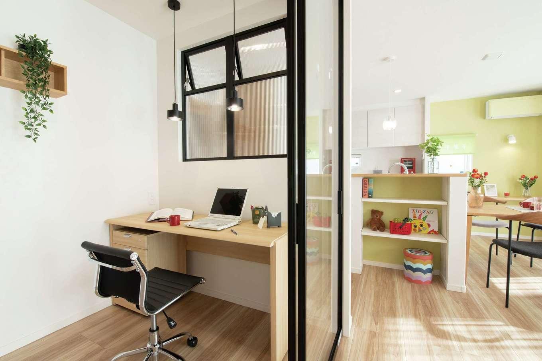 遠鉄ホーム【浜松市中区和合町・モデルハウス】LDKにはガラス戸で仕切られたワークスペースが用意され、リビングにいる家族を気にかけながら仕事を進めることができる