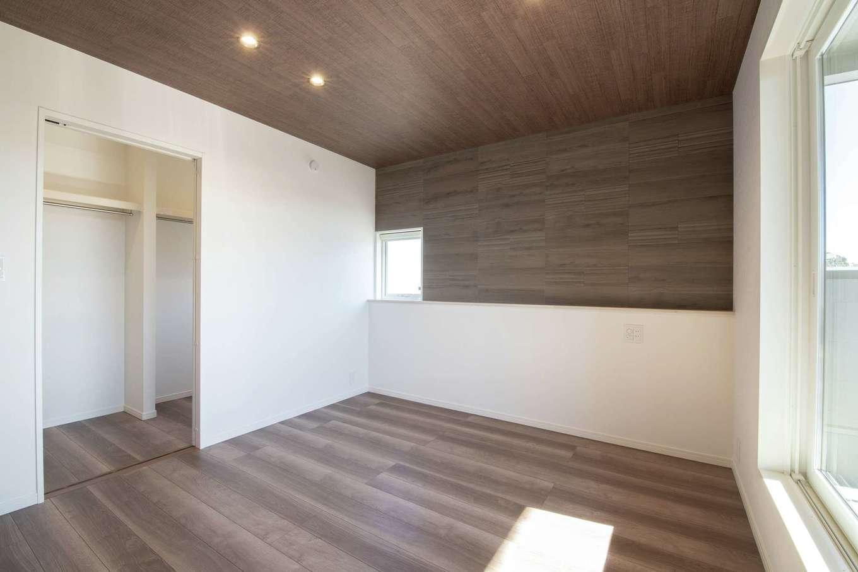 遠鉄ホーム【浜松市中区和合町・モデルハウス】ベランダ付きの寝室は、調湿効果や消臭効果のあるブラウンのエコカラットが落ち着く。クローゼットも広々