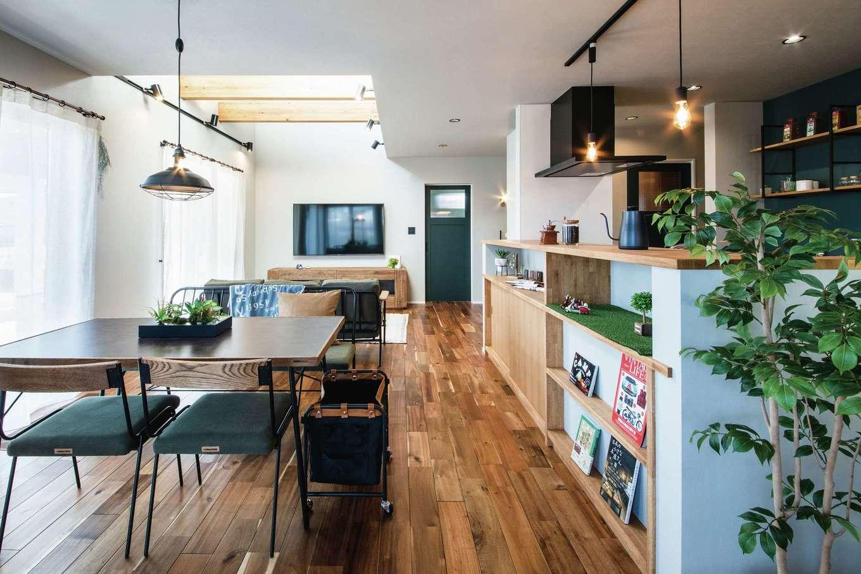 Yamaguchi Design 【磐田市見付1853-19・モデルハウス】リビングとダイニングキッチンの天井高を変えたことで視界が開け、より広く感じられる。表情豊かなフローリングは無垢のアカシア