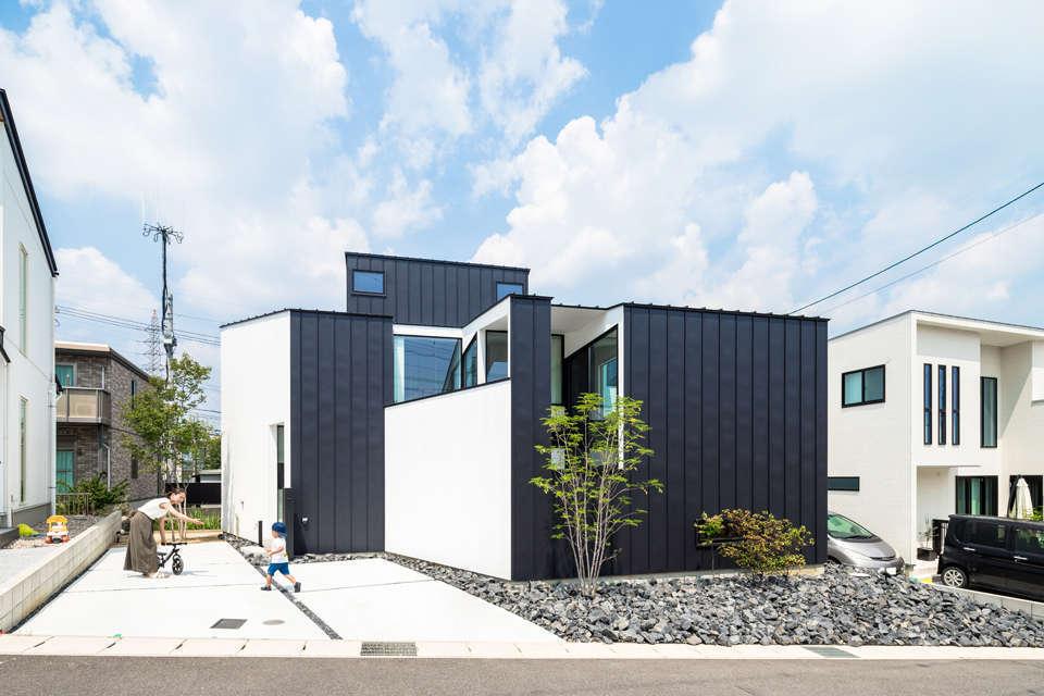 NATUREスペース【狭小住宅、建築家、スキップフロア】面と線で区切った黒と白。繋がりがとても綺麗