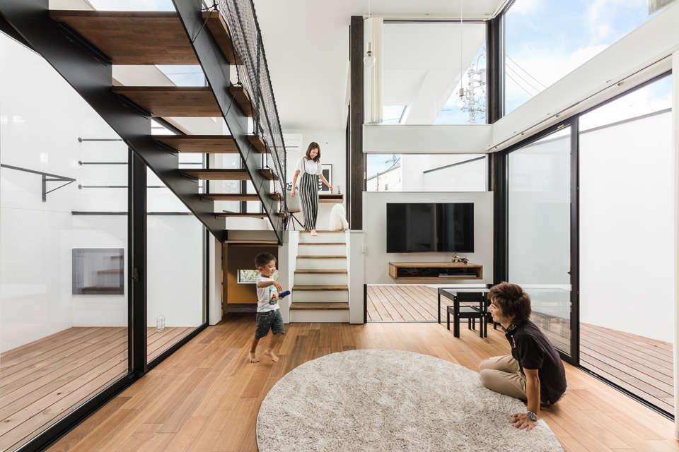 NATUREスペース【狭小住宅、建築家、スキップフロア】ウッドデッキに囲まれたリビングは開放的で明るく、とても居心地のいい空間