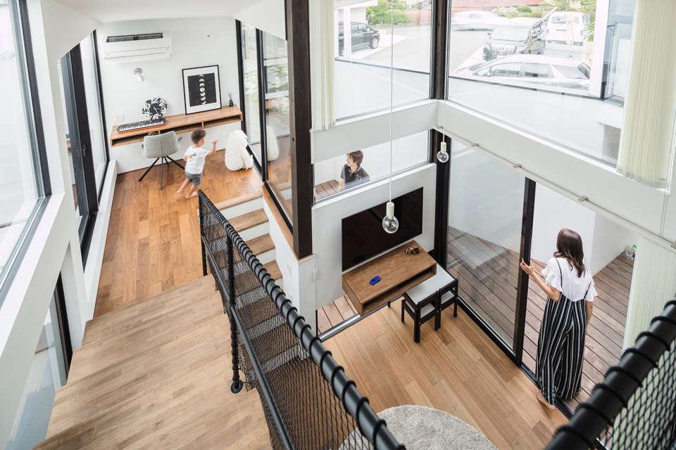 NATUREスペース【狭小住宅、建築家、スキップフロア】スキップフロアーは2Fと1Fのリビングをゆったりと繋げてくる。横の繋がりも楽しいが、縦の繋がりも楽しい