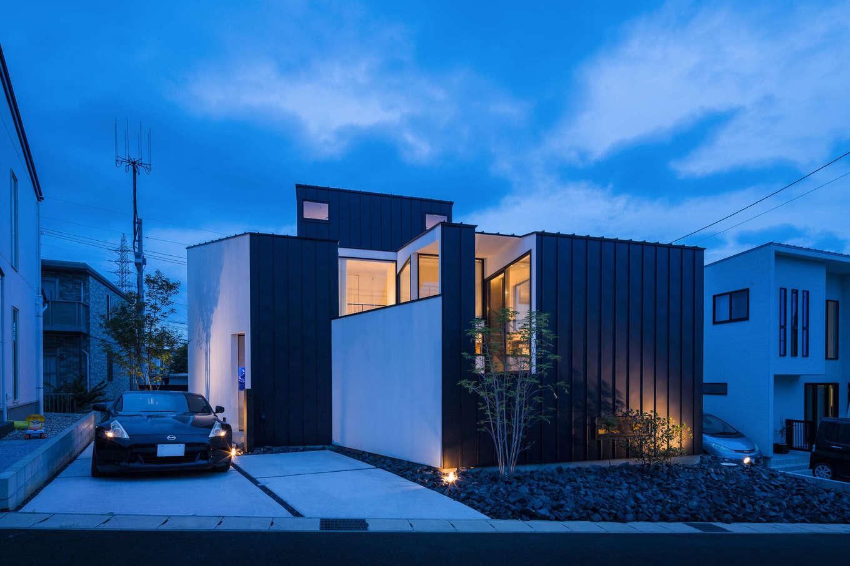 NATUREスペース【狭小住宅、建築家、スキップフロア】夜の外観は空へ向かって、こぼれる家の明かりがとても綺麗