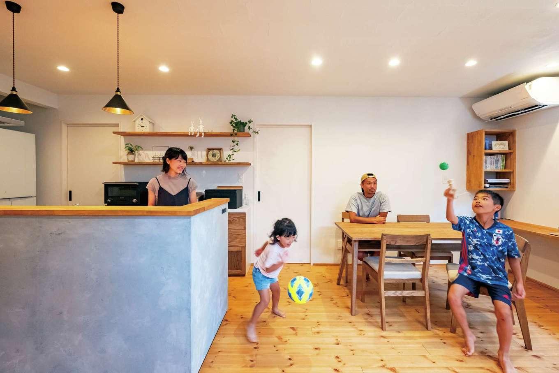 アトラス建設【子育て、自然素材、間取り】ダイニングテーブルは配膳しやすいようキッチンと横並びに。カウンターデスクで勉強する子どもにも声をかけやすく、バックヤードにある家事室との行き来もスムーズ