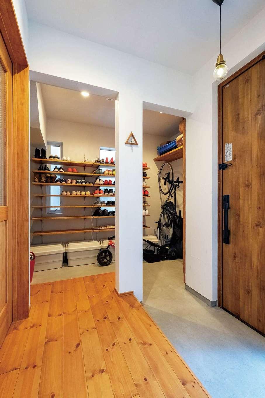 アトラス建設【子育て、自然素材、間取り】土間収納にはアウトドア用品が整然と並ぶ。来客時にはドアで目隠しもOK