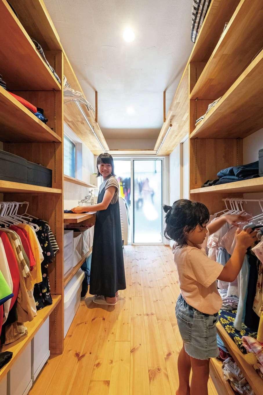アトラス建設【子育て、自然素材、間取り】作業棚や収納も備えた家事室。洗濯物はそのまま外干しもできるが、室内干しでも漆喰効果でよく乾く。子どもが自分で服を選べるような工夫も