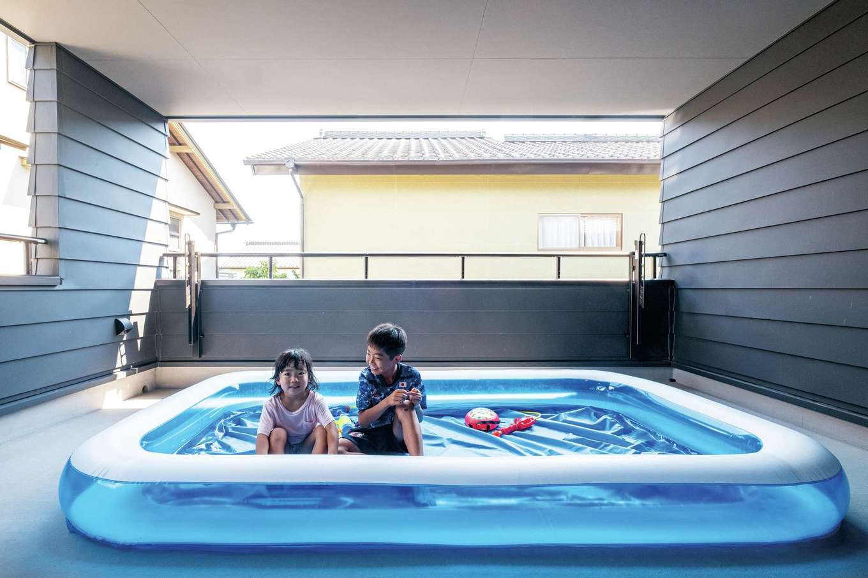 アトラス建設【子育て、自然素材、間取り】居室並みに広い屋根付きバルコニーは使い方いろいろ。夏はジャンボプールが大活躍