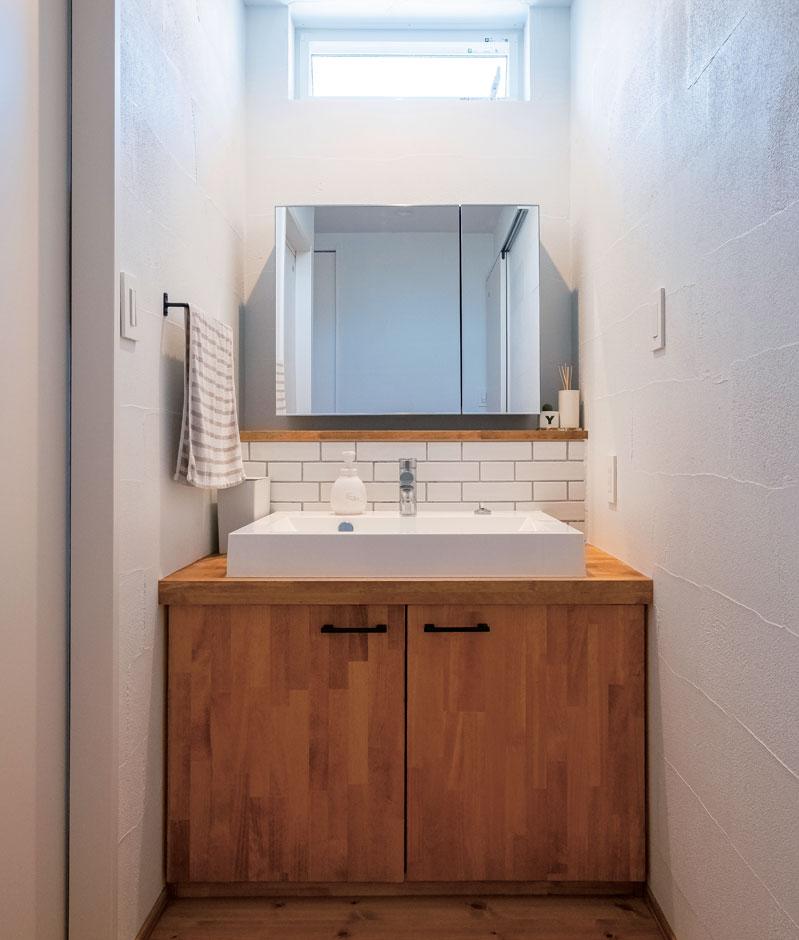 アトラス建設【子育て、自然素材、間取り】漆喰の壁にナチュラルな造作洗面がマッチ。玄関から洗面→浴室→家事室→LDKとつながる家族用の動線