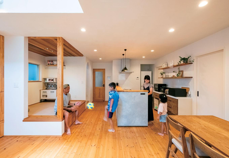 アトラス建設【子育て、自然素材、間取り】ダイニングテーブルは配膳しやすいようキッチンと横並びに。カウンターデスクで宿題をする子どもに声をかけやすく、バックヤードにある家事室との行き来もスムーズ