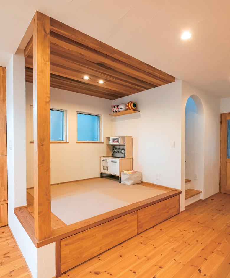 アトラス建設【子育て、自然素材、間取り】リビングにはソファーを置かず、ゴロゴロしたい時は小上がりで。段差の収納がおもちゃ入れに