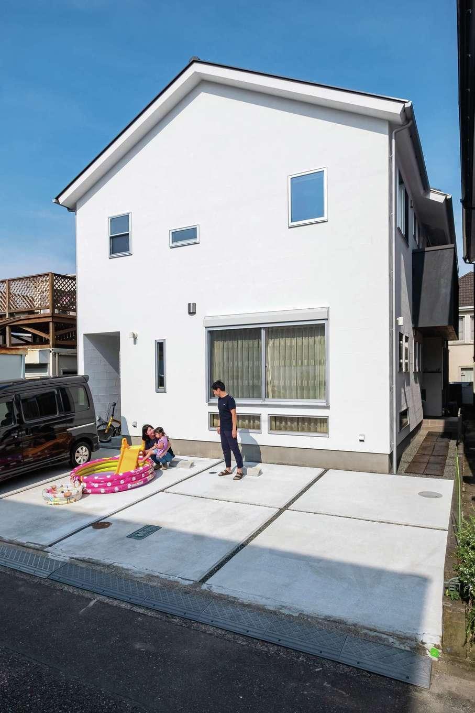 アトラス建設【子育て、二世帯住宅、自然素材】外観は独特の美しさが特徴の漆喰仕上げ。屋外に設けた収納スペースは、雨の日でも自転車などを置いておけるので便利