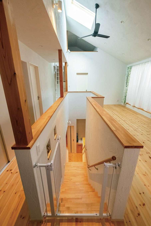 アトラス建設【子育て、二世帯住宅、自然素材】勾配天井で開放感あふれる2階LDK。「この階段を上がってくる時、テンションが上がります」とご主人