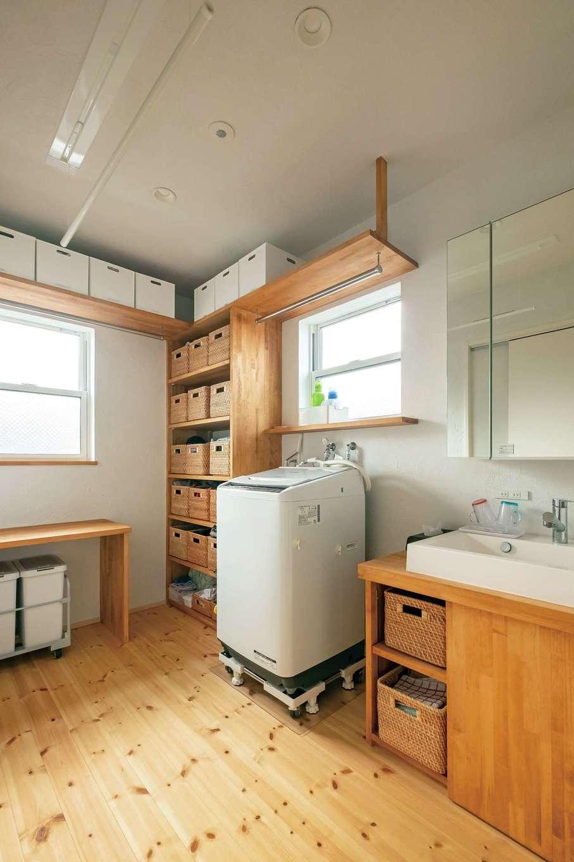 アトラス建設【子育て、二世帯住宅、自然素材】家事室は収納小物を揃えたことで、使いやすさもデザイン性も大満足。洗面台は造作したオリジナル