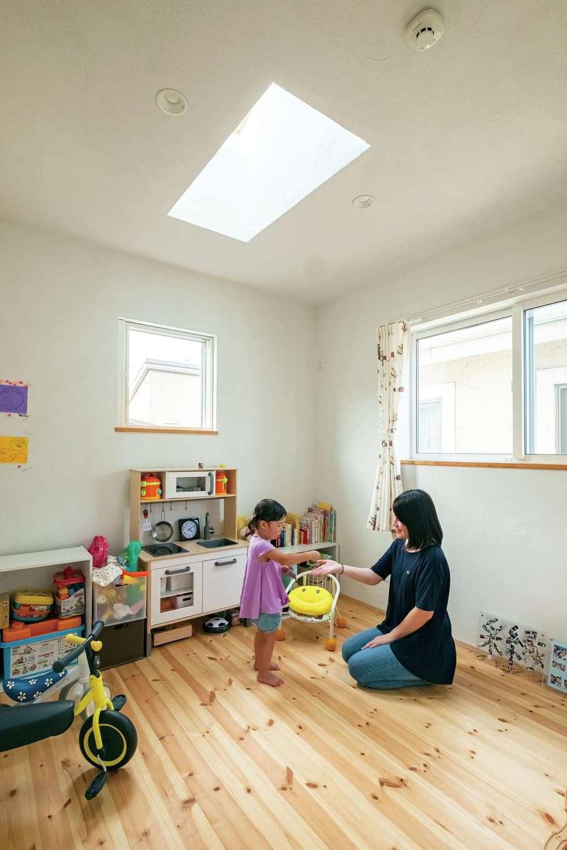 アトラス建設【子育て、二世帯住宅、自然素材】トップライトが光を取り込み明るい子ども部屋