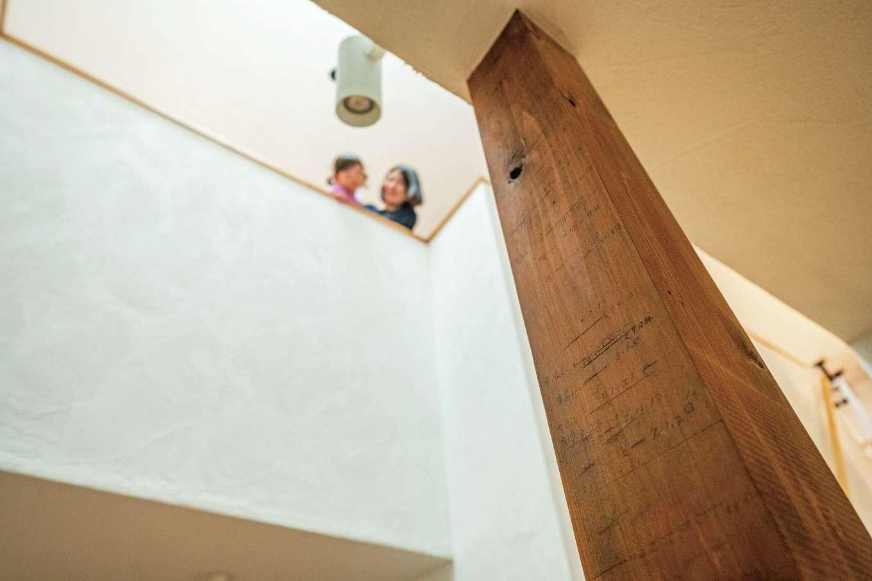 アトラス建設【子育て、二世帯住宅、自然素材】ご主人と家族の成長が記録された柱。思い出もしっかり引き継いだ