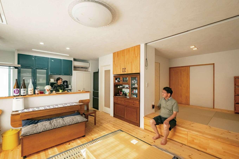 アトラス建設【子育て、二世帯住宅、自然素材】両親のLDKには和紙畳の小上がりを。週末には両世帯一緒に食事やお酒を楽しむそうだ