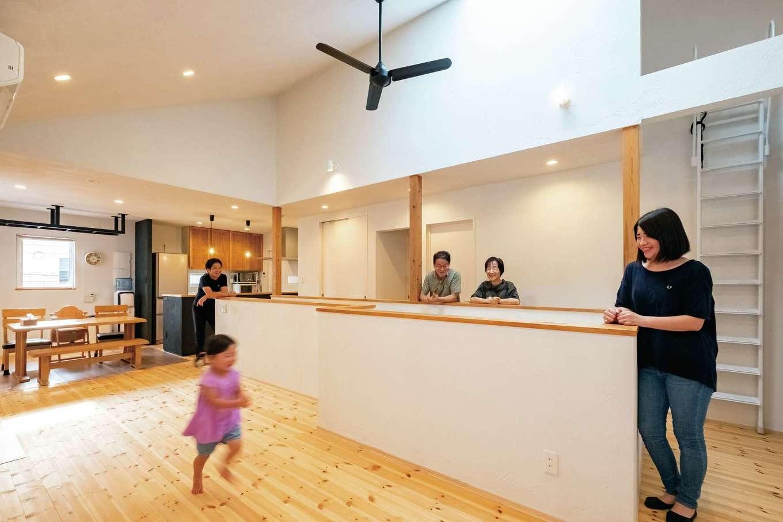 アトラス建設【子育て、二世帯住宅、自然素材】まもなく3歳になる長女は、階段回りを走ることが大好き。自然素材に包まれた空間で、祖父母の愛情も身近に感じながら成長してほしいと二世帯同居を決めた