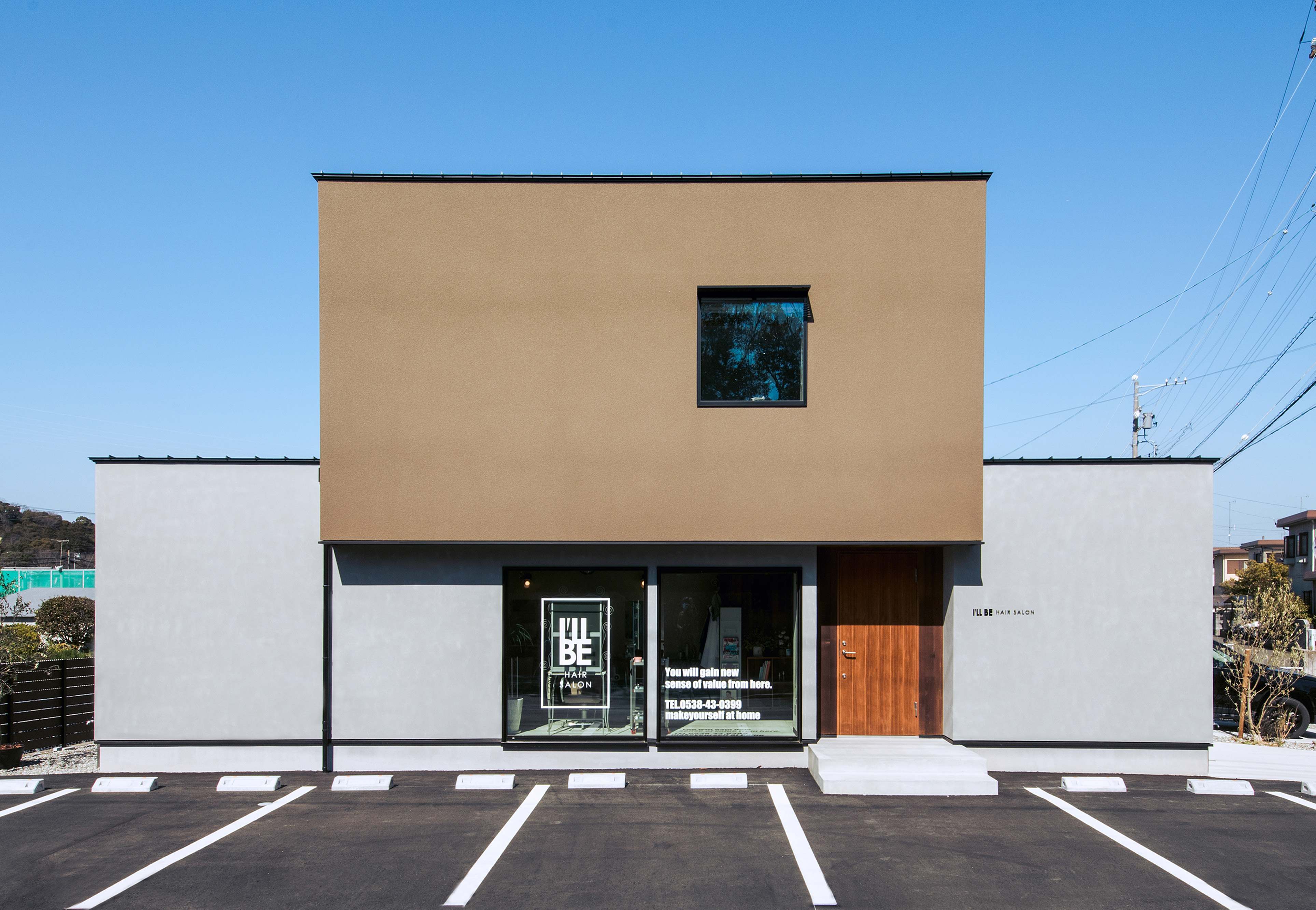 S.CONNECT(エスコネクト)【デザイン住宅、趣味、建築家】ご主人が特にこだわった外観。三角の屋根ではなくフラットな箱型にしたかったのと、幅広い世代のお客さんが来店できるように落ち着いた雰囲気に