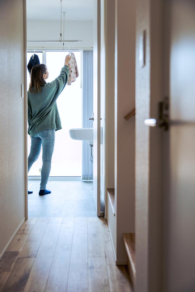 S.CONNECT(エスコネクト)【デザイン住宅、趣味、建築家】水回りを1階に配置。ファミリークローゼットと室内干しの場所を繋げることで、乾いた洗濯物を畳まずにハンガーを移動するだけの「超家事ラク」を実現
