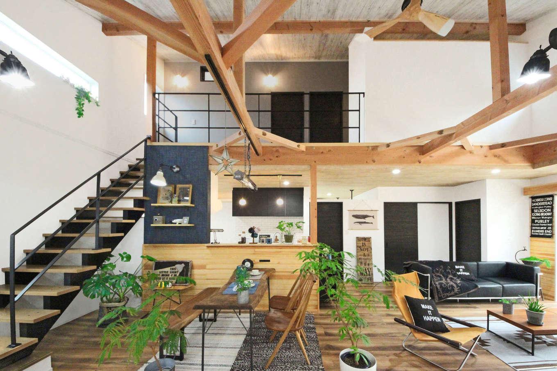 illi-to design 鳥居建設21【デザイン住宅、省エネ、間取り】開放感あふれる吹抜けのLDK。1階で生活が完結できるよう、2階は子ども部屋だけに。