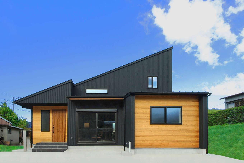 illi-to design 鳥居建設21【デザイン住宅、省エネ、間取り】矢印が並んでいるかのような斬新な外観デザイン。無節の杉板とガルバリウム鋼板のコントラストが素敵。真ん中の軒下にDIYでウッドデッキをつくる予定