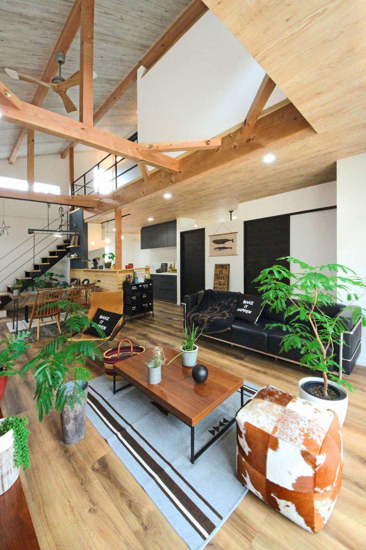 illi-to design 鳥居建設21【デザイン住宅、省エネ、間取り】シーリングファンが目をひくリビング。天井の高さや色を変えて空間に変化をつけた