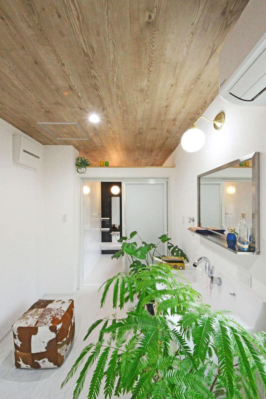 illi-to design 鳥居建設21【デザイン住宅、省エネ、間取り】浴室と脱衣の天井を繋ぎヒートショックの心配を低減。室内は個室を減らし無駄なドアや仕切りも省いて吹抜けを採用。換気システムの効果が最大限引き出され、家中の温度が均一に保たれているそう