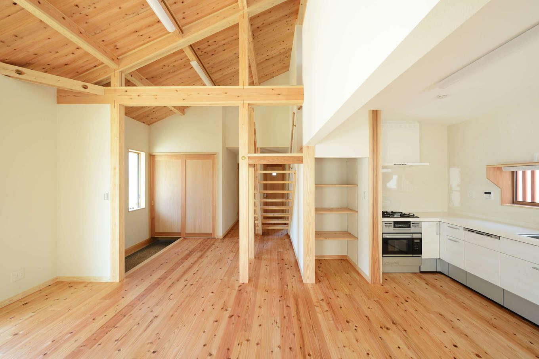 建築工房ハミング【自然素材、間取り、建築家】玄関からLDKがひと続きになった間取り。L字型キッチンや収納の配置など、前の住まいで気に入っていた部分はそのまま採用した