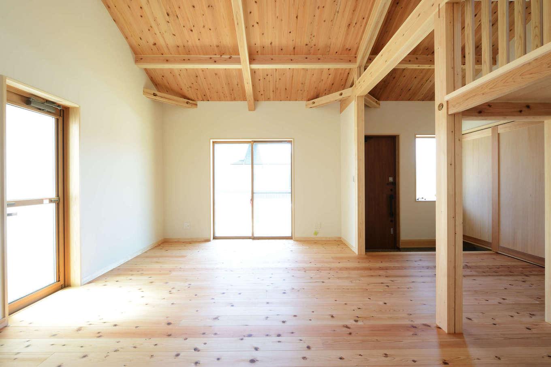 建築工房ハミング【自然素材、間取り、建築家】「自然素材の家で木を眺めながら過ごしたい」という奥さまの理想をカタチに。家の四方に窓があり、風通しも抜群だ