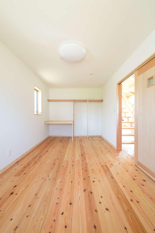 建築工房ハミング【自然素材、間取り、建築家】調湿効果を持つ珪藻土のクロスや塗り壁を取り入れているため、蒸し暑い季節でも室内はサラリと快適だ
