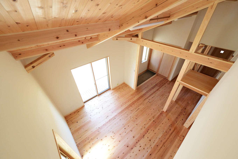 建築工房ハミング【自然素材、間取り、建築家】ロフトからの眺め。天井高が5.5メートルあり、リビングの上は吹き抜けのため、実面積より広々と感じられる