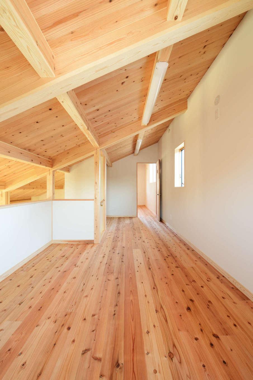 建築工房ハミング【自然素材、間取り、建築家】屋根裏をロフトにしてスペースを有効活用。奥には6畳の個室があり、現在は高校生の長女が使っている