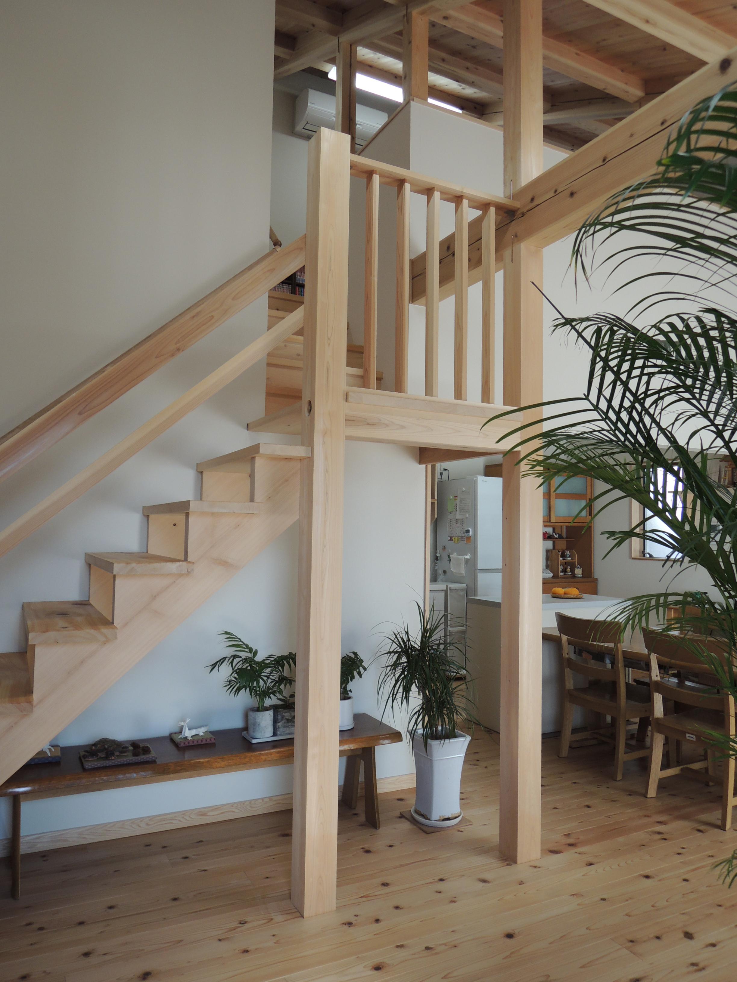 建築工房ハミング【自然素材、間取り、建築家】ロフトへ続くヒノキのスリップ階段は、ご主人のリクエスト。歳をとってもスムーズに上り降りできるように手すりの位置などが計算されている