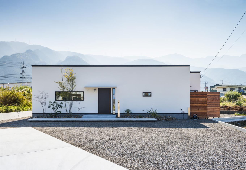 S.CONNECT(エスコネクト)【趣味、夫婦で暮らす、平屋】シンプルモダンな箱型の外観に、黒縁の窓枠が映える。ウッドフェンスの中には坪庭がある