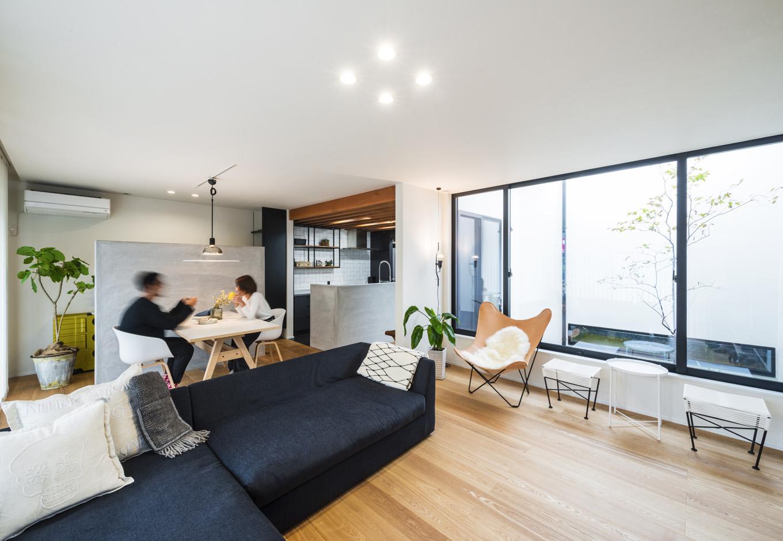 S.CONNECT(エスコネクト)【趣味、夫婦で暮らす、平屋】中庭から光と通風を確保したリビング。床はアッシュタモを使用