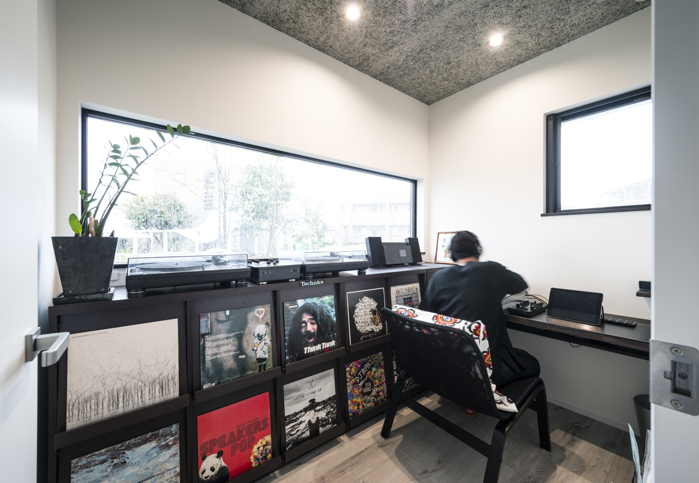 S.CONNECT(エスコネクト)【趣味、夫婦で暮らす、平屋】ご主人の部屋にはレコードやターンテーブル用の棚を造作