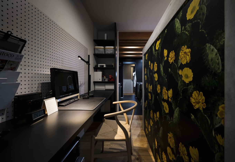 S.CONNECT(エスコネクト)【趣味、夫婦で暮らす、平屋】雰囲気ある輸入壁紙の書斎スペース。パソコン側の壁は有孔ボードにして小物や雑貨を飾れるようにした