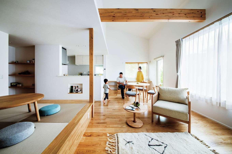 ワンズホーム【デザイン住宅、子育て、建築家】1階の間取りはシンプルに、栗の無垢フローリングが肌に優しいLDKと、水回りに玄関のみ。吹き抜けを通して2階フリースペースと繋がる設計は、どこにいても家族が一緒にいる感覚をもたらす。「眠る時間以外全員ここで過ごします。息子はいつも、畳におもちゃを広げていますよ」そう夫妻が語るそばで、子どもが素足で走り回る様子が印象的だ。暮らしながら必要なものをしつらえる。そんな感覚で住まうYさんの家は、時を経るごとに家族に馴染んでいく