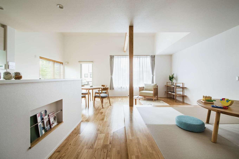 ワンズホーム【デザイン住宅、子育て、建築家】玄関を入り、正面ドアを開けると小上がりの畳スペース、リビング、キッチンを備えたLDKへ。高い断熱性能と24時間型換気システムのおかげで、エアコン1台で夏も冬も快適だ