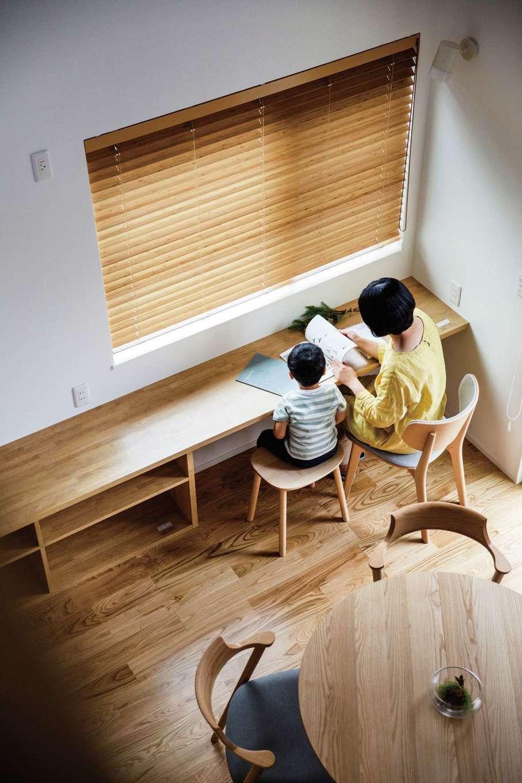 ワンズホーム【デザイン住宅、子育て、建築家】キッチン横の造作カウンターは、将来スタディカウンターとして活躍させる予定。収納もたっぷり