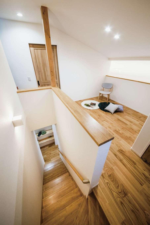 ワンズホーム【デザイン住宅、子育て、建築家】リビング入口にある階段を上ると、吹き抜けを見下ろせるフリースペースへ。2階には子ども室や寝室を用意