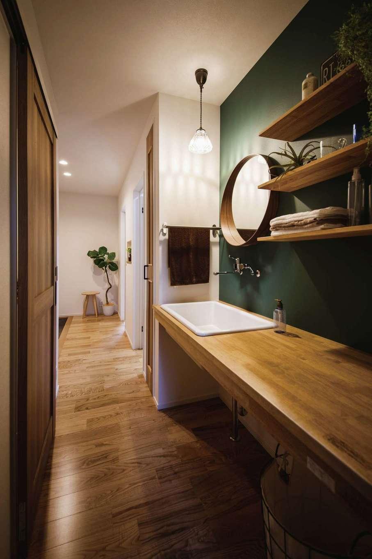 ワンズホーム【デザイン住宅、子育て、建築家】玄関ホールから北欧調にしつらえた造作洗面台、浴室、トイレへ直結。帰宅後すぐ手洗いうがいができる